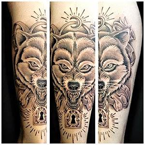 Tatuagem de lobo na perna