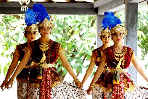 Tarian ini ditarikan oleh empat orang penari putri dengan membawa ...