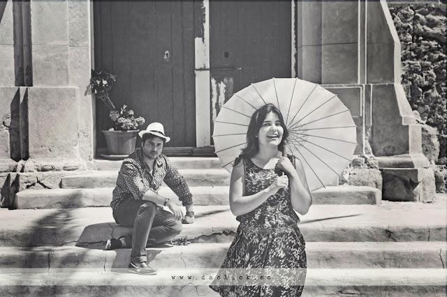 preboda vintage sombrero novio y sombrilla novia en la iglesia de tabarca
