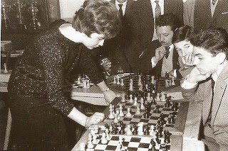 Pepita Ferrer dando unas simultáneas de ajedrez