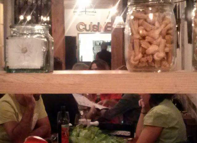 Detalle del comedor de la Gastro Croquetería en Malasaña.