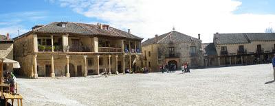 Plaza Mayor de Pedraza, Segovia, Castilla y León, arte románico