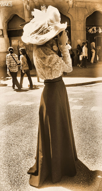 traje modernista mujer