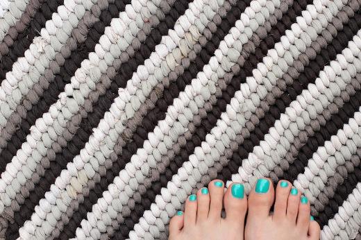 Nunonu 10 tutoriales de alfombras con retazos de telas o - Tutorial alfombra trapillo ...