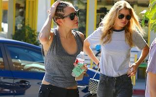 O namoro de Miley Cyrus com a top Stella Maxwell, uma das angels da Victoria's Secret, continua firme e na tarde de domingo (12/7) as duas foram fotografadas juntas em Hollywood.