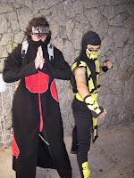 eu e um amigo cospobre de itachi do jogo e anime naruto, eo outro cosplay de scorpion