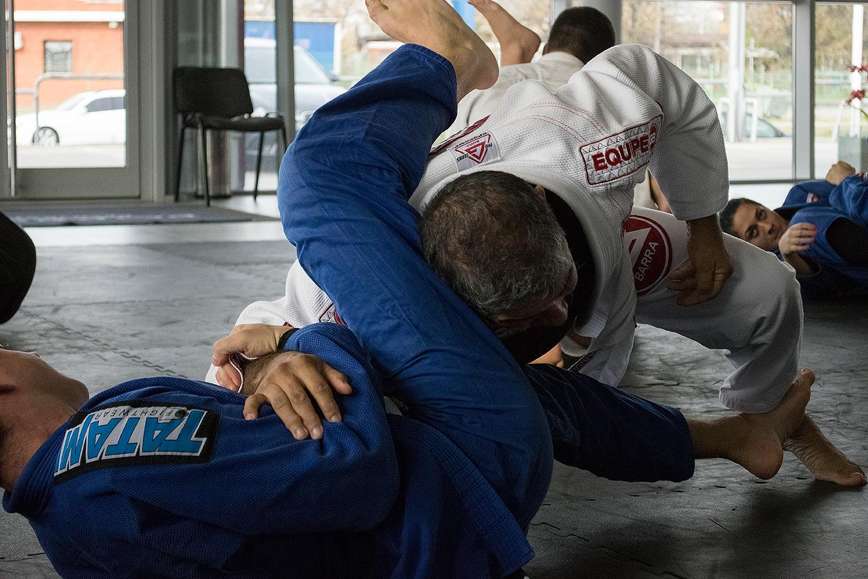 Meštre Capoeire demonstrira tehniku