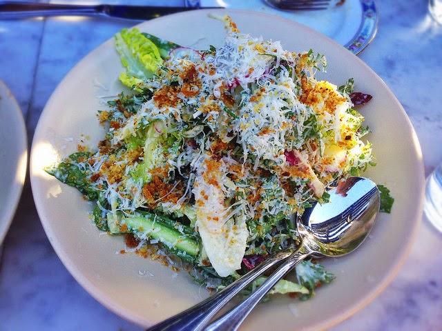 salade composée au poulet, pissenlit, radis, oignons rouge, verts, oeufs durs, coriandre fraîche