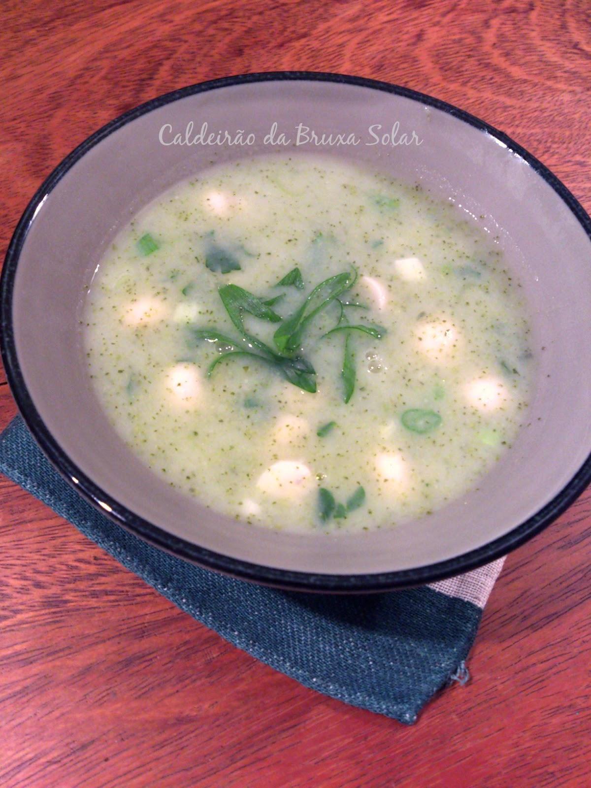 Sopa creme de brócolis e batata doce com cogumelos