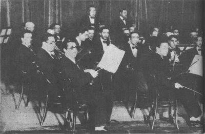 Julio De Caro en 1932, dirige su orquesta integrada por 50 músicos en Radio Splendid
