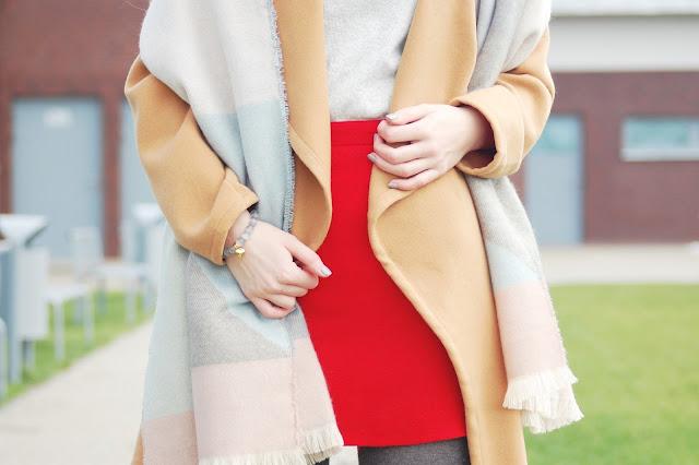 Płaszcz w kolorze camel i kraciasty szal