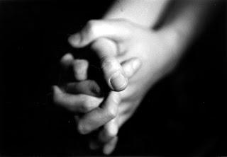 حڪاية الأيادي تنتهي ....... Holding_Hands.jpg