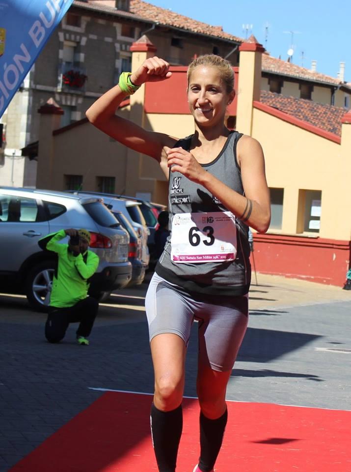 Patricia Muñoz celebra su triunfo en la Copa de Castilla y León de Carreras por Montaña. /TRAILCYL