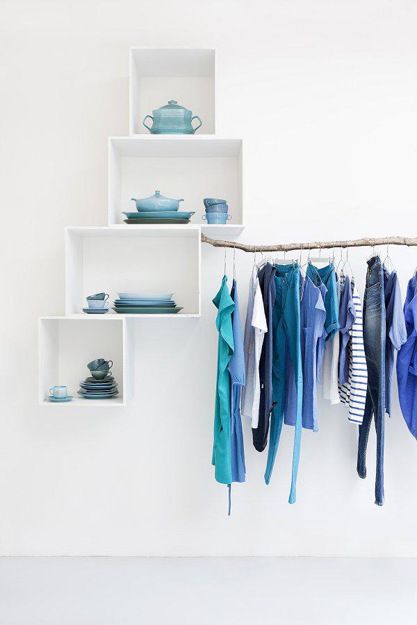 productos cerámicos en azules y verdes y expositor de ropa