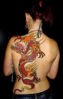 Dragão feio nas costas da mulher