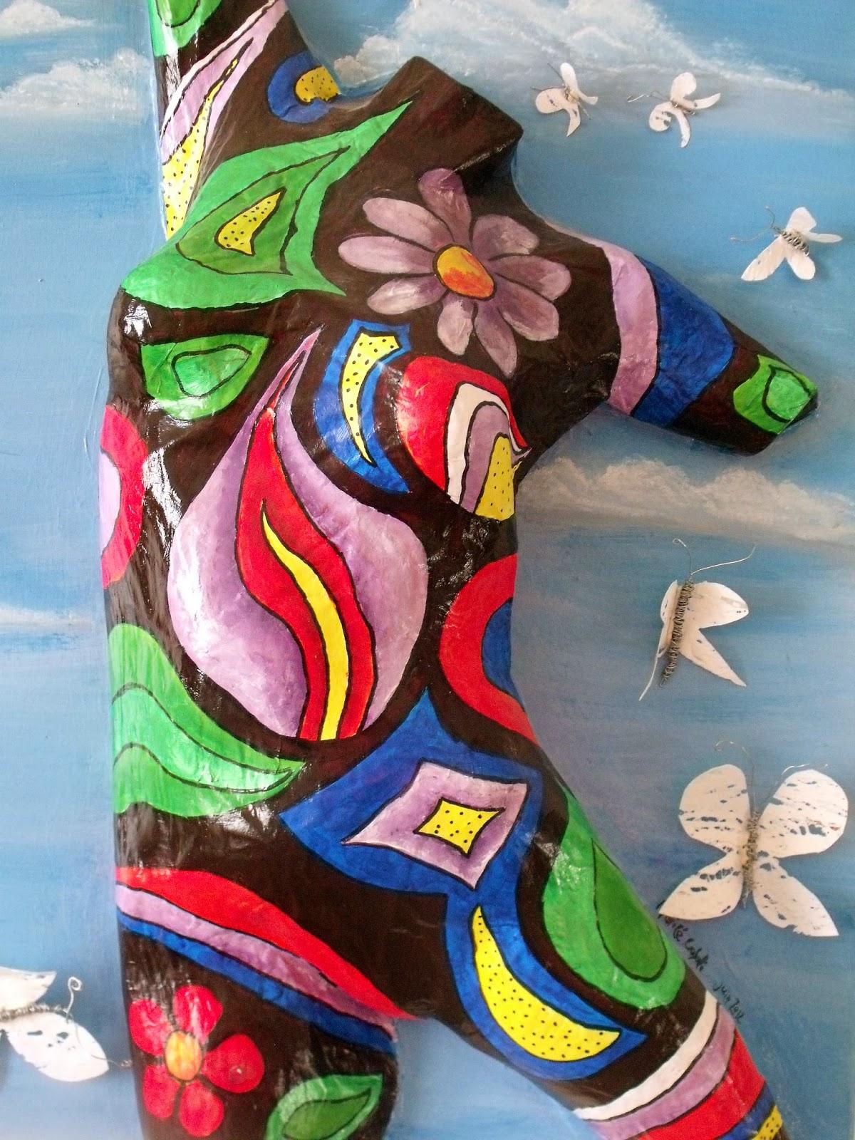 buste en papier maché et papillons en sachet plastique