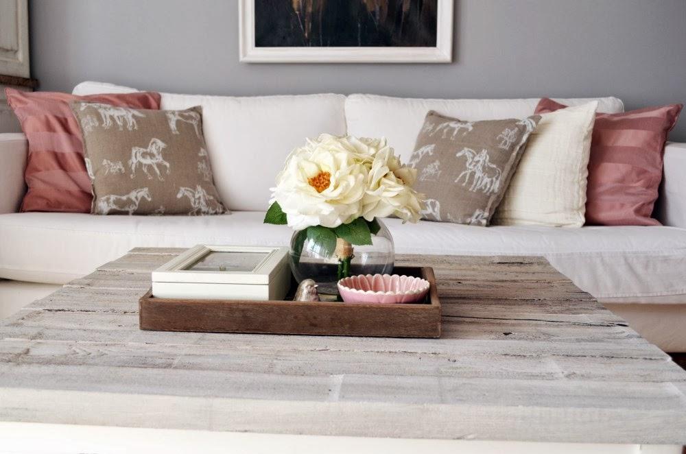 Salon różowe dodatki lniane poduszki