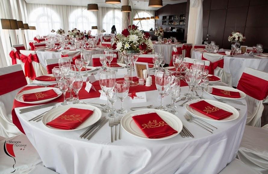 декорация на масата на гостите на сватбата в червено