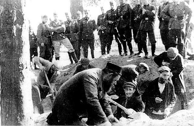 Końskie. Żydzi kopiący groby na koneckim rynku 12.09.1939 (zdjęcie archiwalne Yad Vashem).