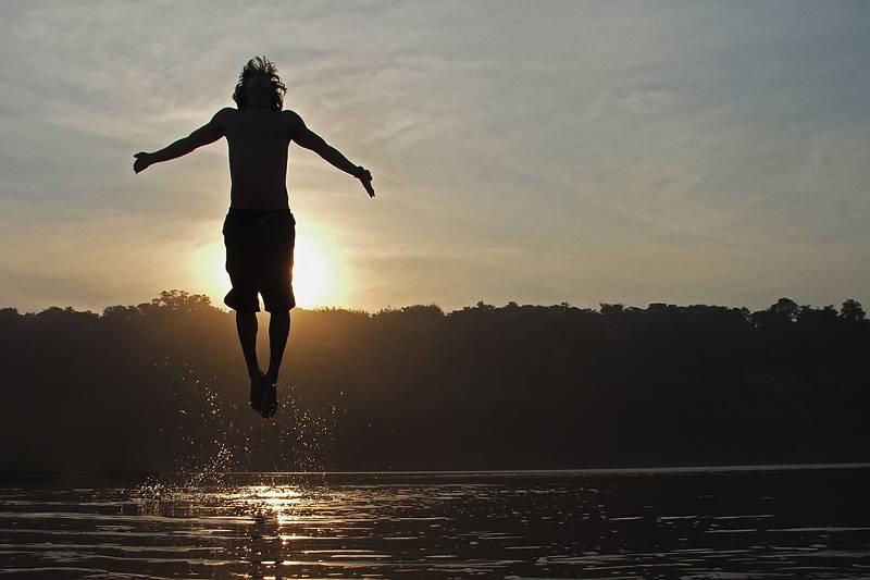 Mindfulness oefeningen maken je geest stil, zodat de reflecties van de wereld niet vervormd worden.
