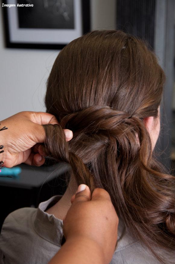 низкие прически на длинные волосы видео
