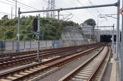 成田湯川駅構内にある38番分岐器と6灯式信号機