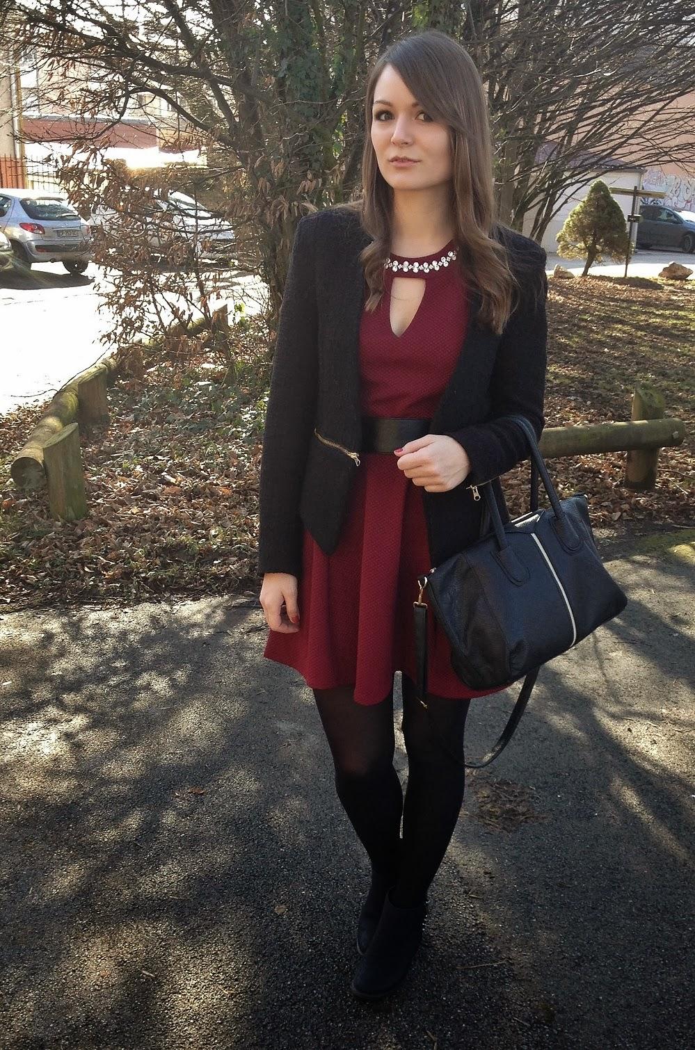 Accessoire avec une robe bordeau