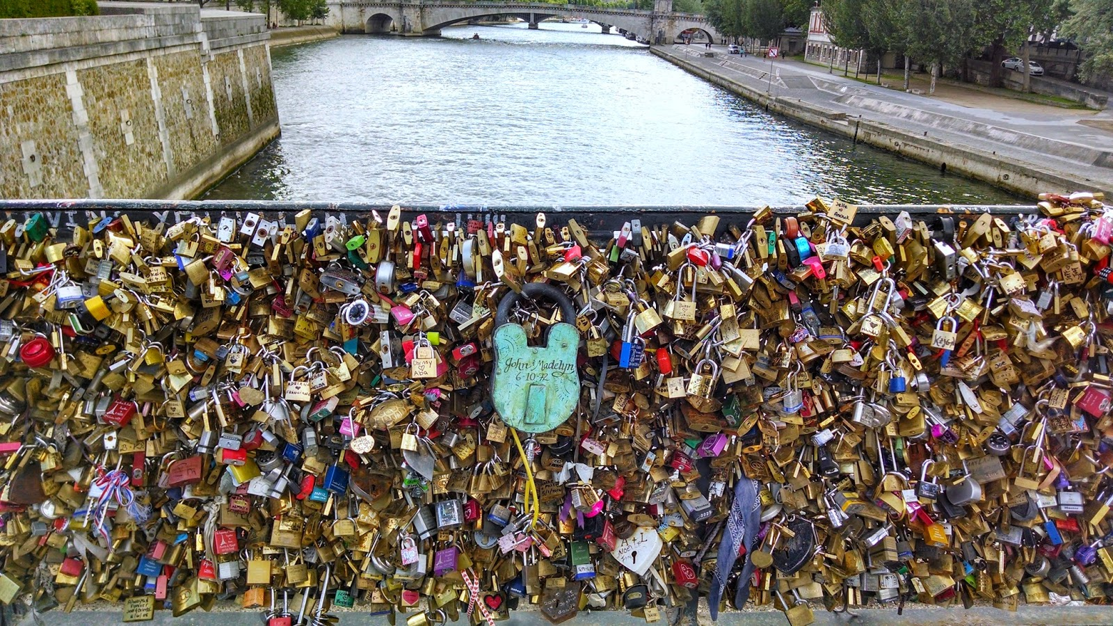 Coming abstractions paris locks of love bridge for Locks on the bridge in paris