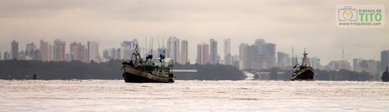 Barcos e skyline de Belém vistos da baía do Guajará
