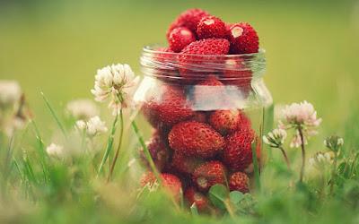 tarro de fresas con flores