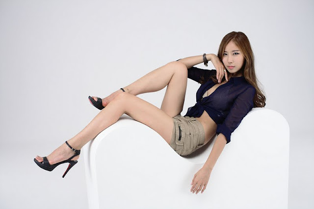 Cheon Bo Young in Blue and Short Jeans
