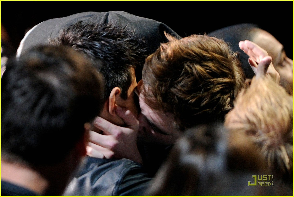 http://4.bp.blogspot.com/-FWQwG8M-WoI/Tezp0lwwwGI/AAAAAAAAFEU/9mN09WdT-uU/s1600/robert-pattinson-taylor-lautner-kiss-movie-awards-2011-05.jpg