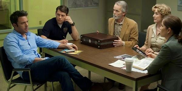 Ben Affleck, Patrick Fugit, David Clennon, Lisa Banes e Kim Dickens em GAROTA EXEMPLAR (Gone Girl)