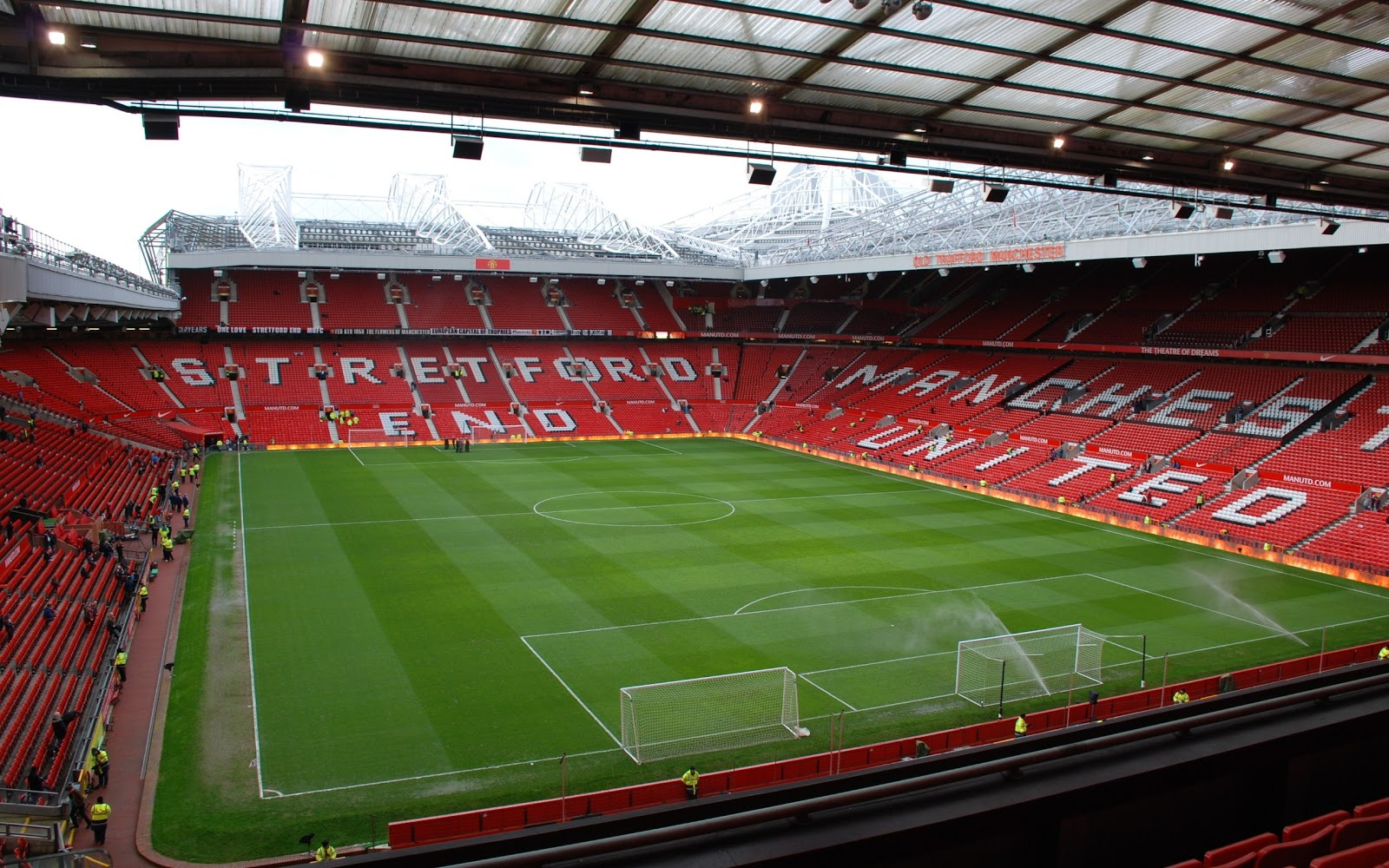 http://4.bp.blogspot.com/-FXfYEFz2FGQ/UIwiLQF8xvI/AAAAAAAADhU/_yrGcw203V0/s1600/Manchester+United+Old+Tafford+Field+Wallpaper.jpg