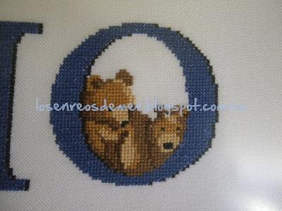 Detalle de osos a punto de cruz enmarcados en la letra O