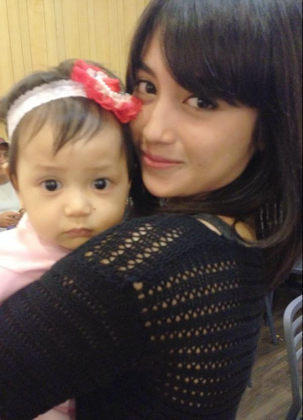 Foto Nabilah JKT48 Sedang Menggendong Dedek Kecil