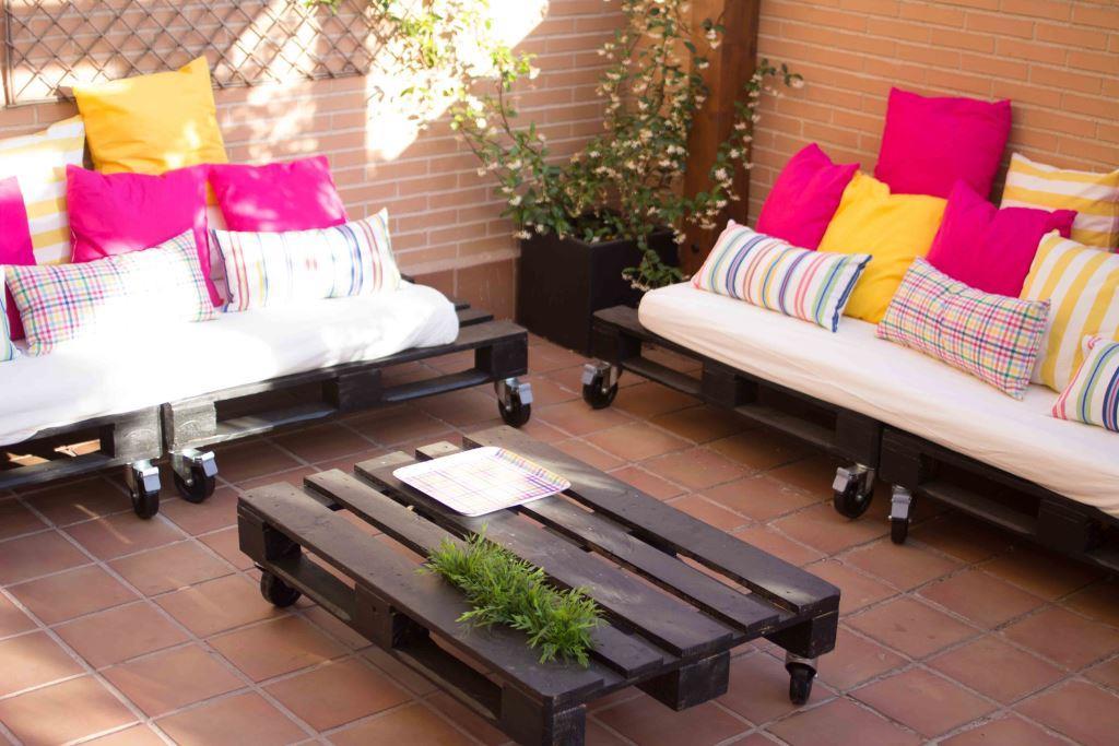 Diy c mo se hace una mesa y unos sof s de palets por - Como hacer un sofa con palets ...