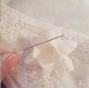 Cómo decorar un vestido con flores en Recicla Inventa
