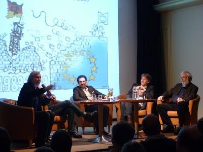 """Panel im Institut français. Plantu: """"... der kleine Apparat, der übersetzt ..."""""""