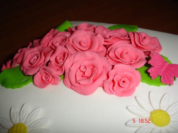 Bolo de aniversário decorado com rosas e margaridas