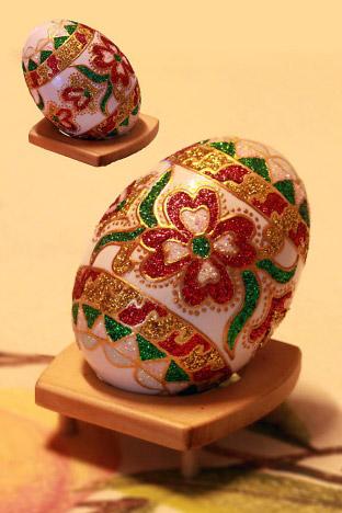Selain di cat , telur juga dapat dihias menggunakan manik- manik ...