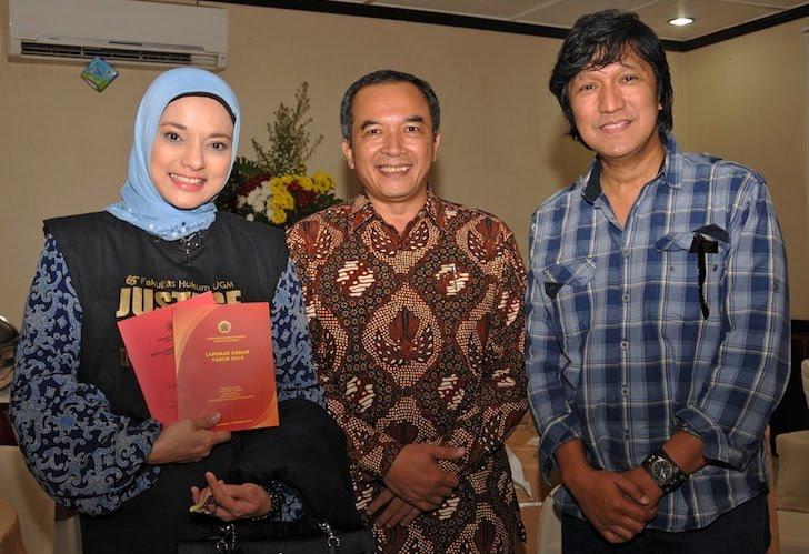 Marissa Haque, Ikang Fawzi, dan Dekan FH UGM Prof Dr Marsudi, di Kampus UGM, Yogyakarta,