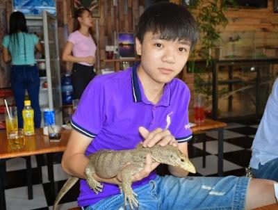 Hình 10: Em Nguyễn An Phú (học sinh lớp 11) rất đam mê với loài bò sát