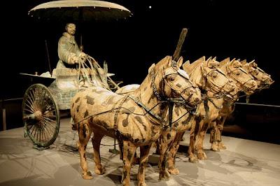 Guerreiro de terracota numa carroça