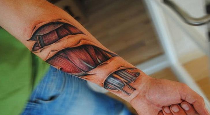 impresionante tatuaje en el antebrazo que parece que no tenga pielk y se ven musculos sinteticos