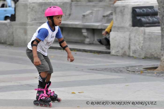Niño montando patines en el Paseo de Martí (Prado) en La Habana, Cuba, el 27 de junio de 2013.