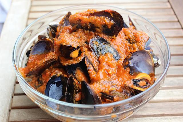 Mejillones con salsa de tomate casera