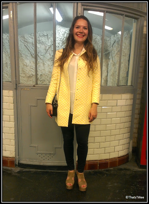 Le Style de la Semaine, Clara manteau mi-saison imper Zara damier jaune et blanc copie Vuitton Marc Jacobs printemps été 2013, chaussures compensées Claudie Pierlot, slim Claudie Pierlot