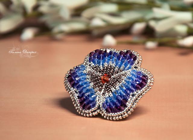 Сиреневая брошь цветок из бисера с кристаллами