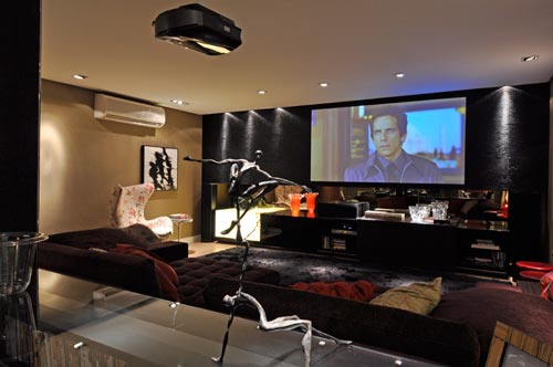 sala de TV,grande por conta de quantas pessoas vem todos os dias pra